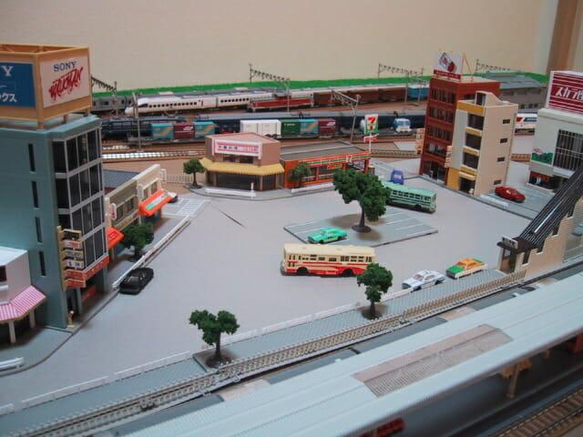 敷き布レイアウトの駅前広場(鉄道模型Nゲージ)