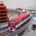 鉄道模型の高架を走る成田エクスプレス(Nゲージ)